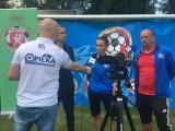 Młoda piłkarka udziela wywiadu dla telewizji