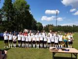 Nagrodzona drużyna piłkarska pozuje do zdjęcia grupowego