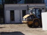 Ciężki sprzęt budowlany przed Zespołem Szkół Specjalnych w Dębicy